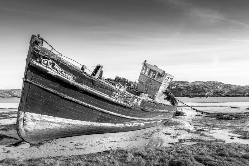 Verlaten Ierse vissersboot stock afbeeldingen
