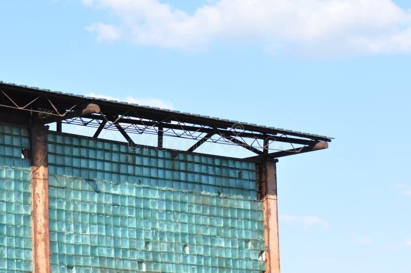 Verlaten industriële fabriek met gebroken glasmuur royalty-vrije stock afbeelding