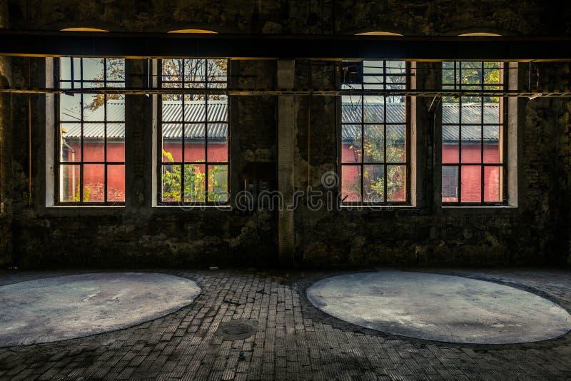 Verlaten industrieel binnenland met helder licht stock afbeeldingen