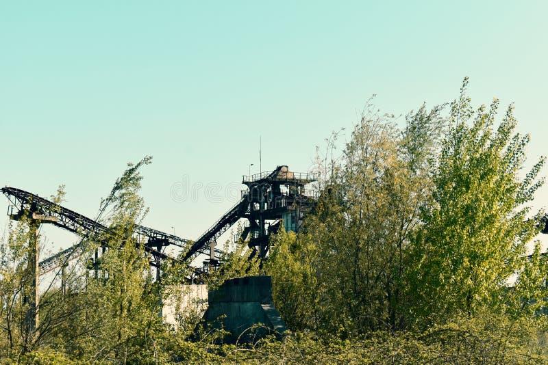 Verlaten industrieel platform met roestige elementen royalty-vrije stock foto