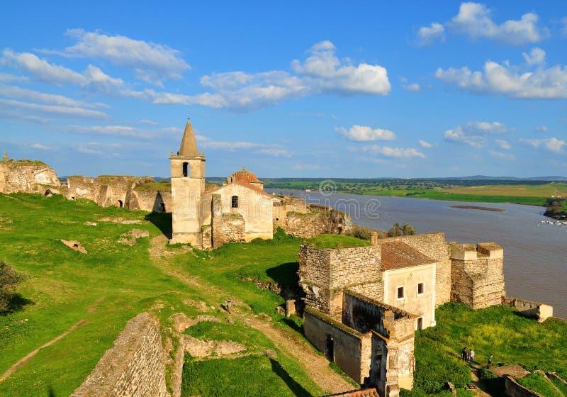 Verlaten kasteel, gebouwen, kerk en muren stock foto's