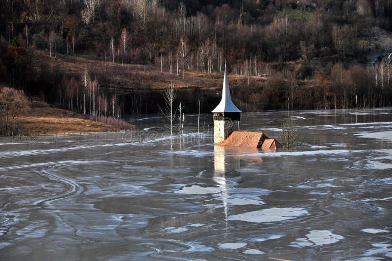 Verlaten kerk in een moddermeer. Natuurlijke mijnbouwramp royalty-vrije stock afbeelding