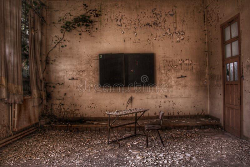 Verlaten klaslokaal ergens in Europa stock afbeeldingen