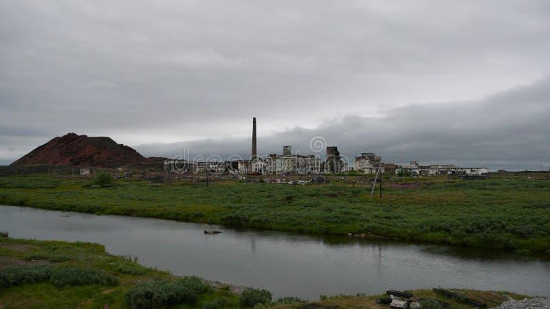 Verlaten kolenmijn in toendra in noordelijk Rusland royalty-vrije stock foto's