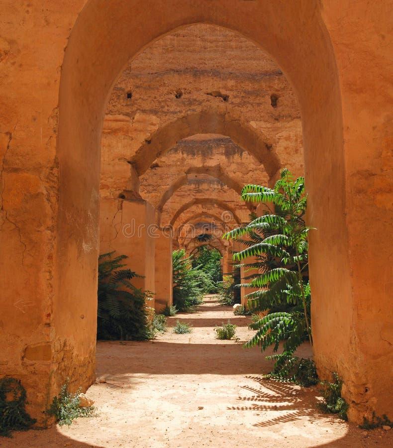 Verlaten Koninklijke stallen in Meknes stock foto's