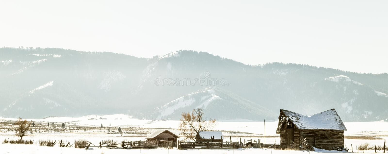 Verlaten Landbouwbedrijf op de Wintergebied stock fotografie