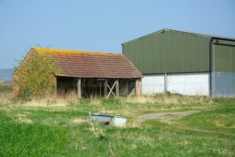 Verlaten landbouwbedrijfgebouwen in het platteland stock foto