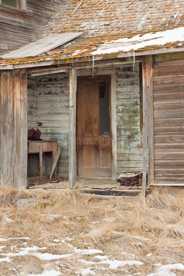 Download Verlaten Landbouwbedrijfhuis Stock Foto - Afbeelding bestaande uit geel, siding: 39101722