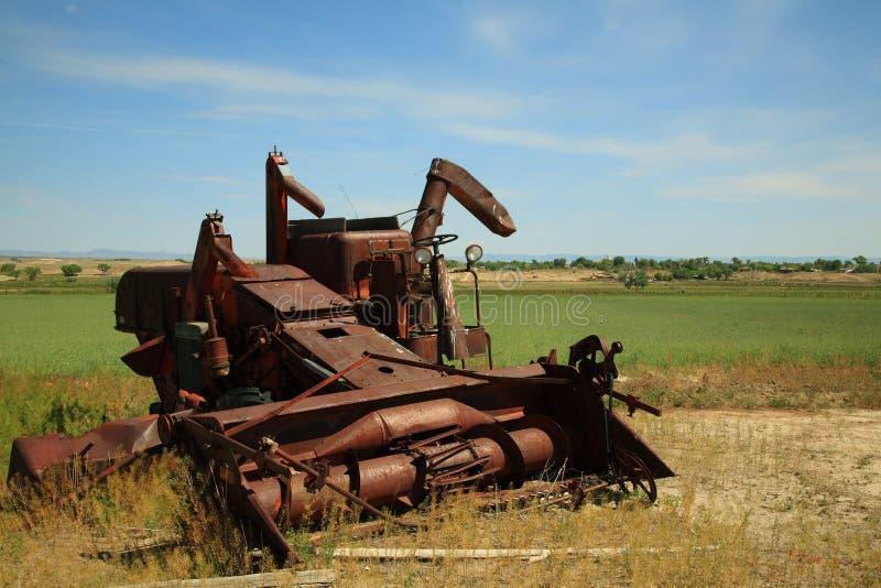 Verlaten landbouwbedrijfmachines stock foto's