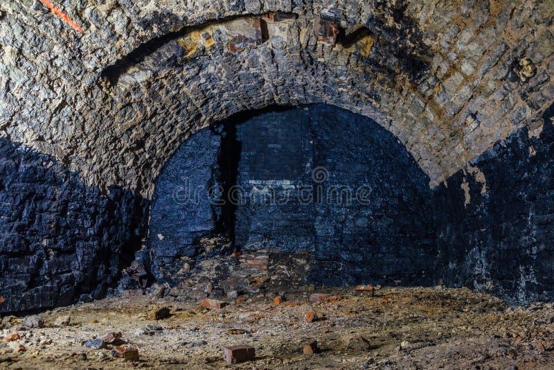 Verlaten lege oude donkere ondergrondse gewelfde kelder royalty-vrije stock foto's