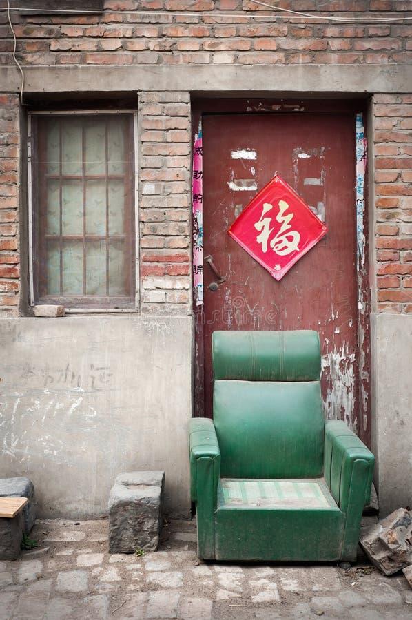 Verlaten leunstoel in een stoffige hutong, het Kaifeng, China royalty-vrije stock afbeeldingen
