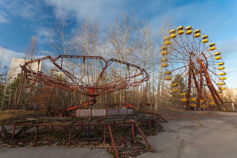 Verlaten Lunapark, Carrousel en Ferris Wheel In Pripyat stock afbeeldingen
