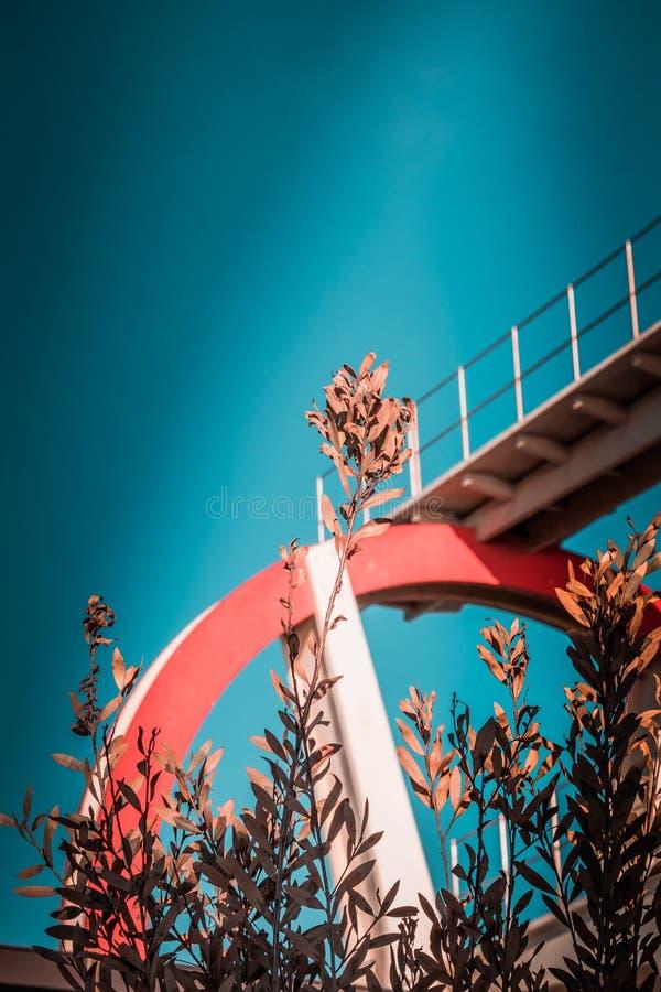 Verlaten metaal het duiken structuur Iconische industriële en sportenarchitectuur, witte en rode staalelementen op een diepe blau royalty-vrije stock afbeeldingen