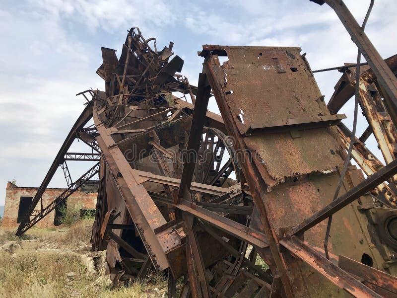 Verlaten metaalbouw van de zoutmijn Roestig metaal, doen ineenstorten steunen royalty-vrije stock foto
