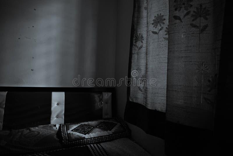 Verlaten meubilair in slaapkamer royalty-vrije stock foto