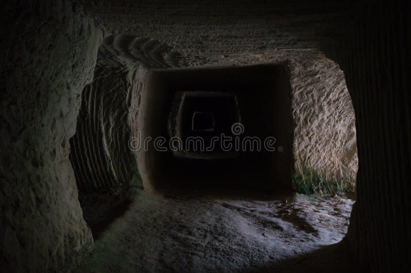 Verlaten Mijnbouwhol, Tunnel bij Sarakiniko-Strand in Milos, Cycl royalty-vrije stock afbeelding