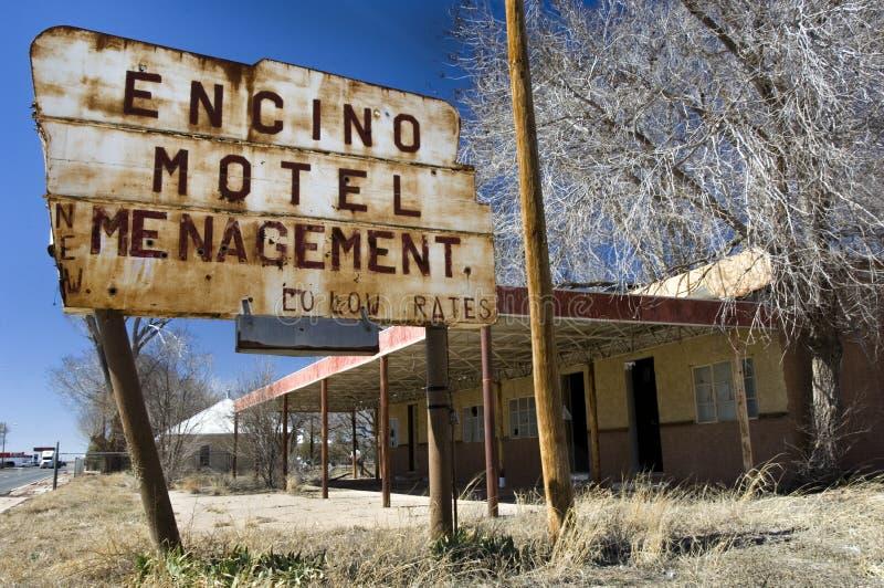 Verlaten motel in Encino, NM met spellingfout op signage stock foto