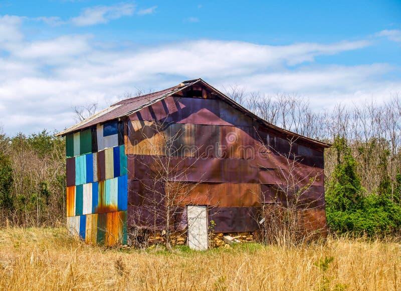 Verlaten Multicolored Schuur in Noord-Carolina stock afbeelding