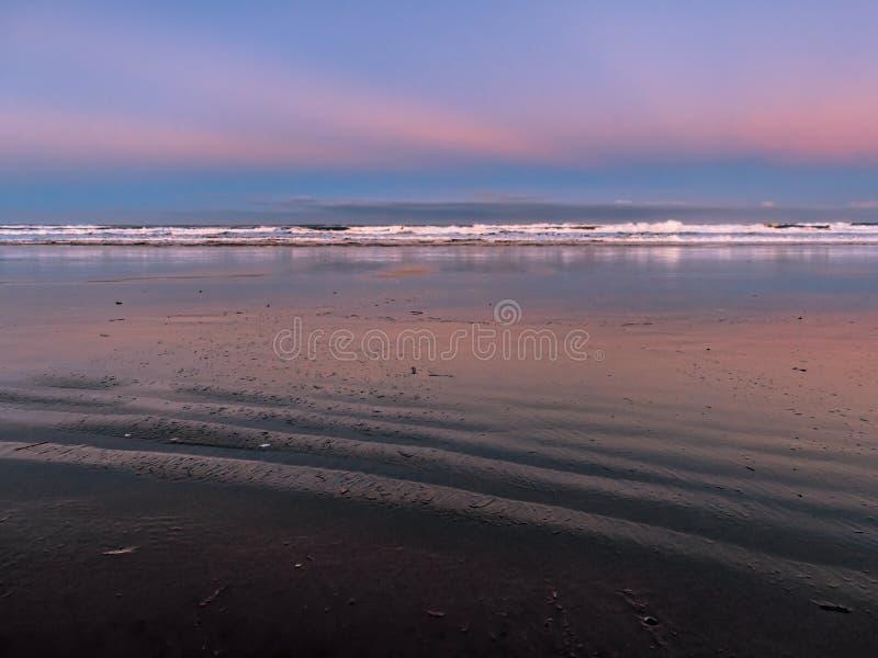 Verlaten oceaanstrand bij dageraad royalty-vrije stock fotografie