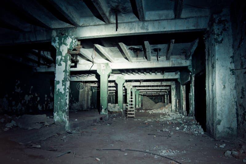 Verlaten ondergrondse tunnel die de gebouwen van fabriek verbinden stock foto