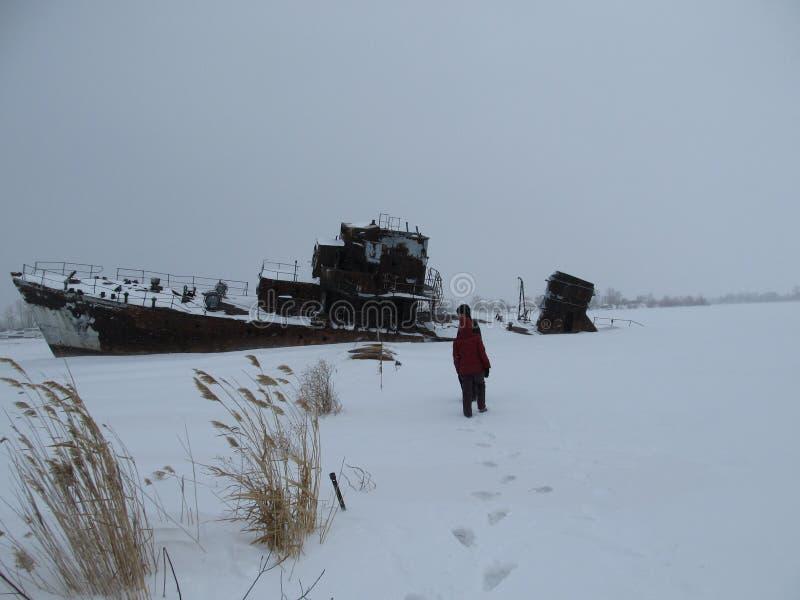 Verlaten oorlogsschip bij de kust van Noordpooloceaan, Rusland, Saratov - Februari, 2012 stock afbeeldingen