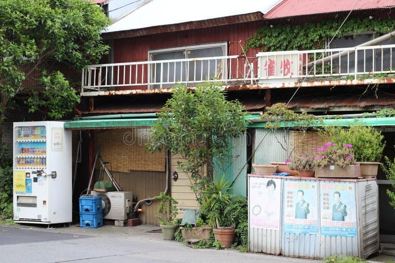 Verlaten opslag met roestige balkons stock afbeeldingen