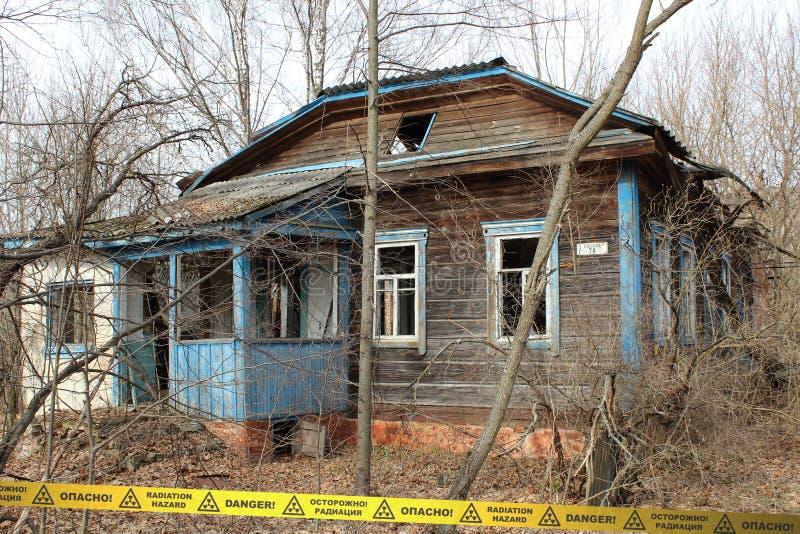 Verlaten overwoekerd huis in de Streek van Tchernobyl ukraine stock afbeelding