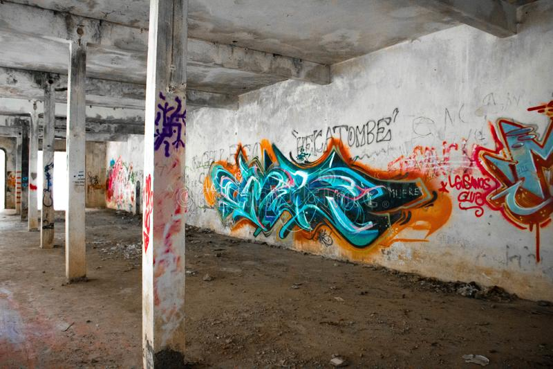 Verlaten plaats met kleurrijke murales stock fotografie