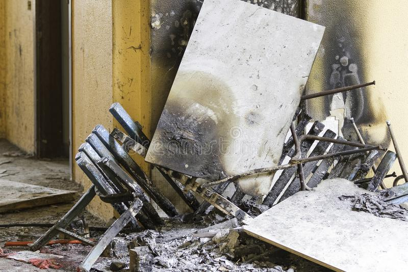Verlaten platgebrand huis stock foto's