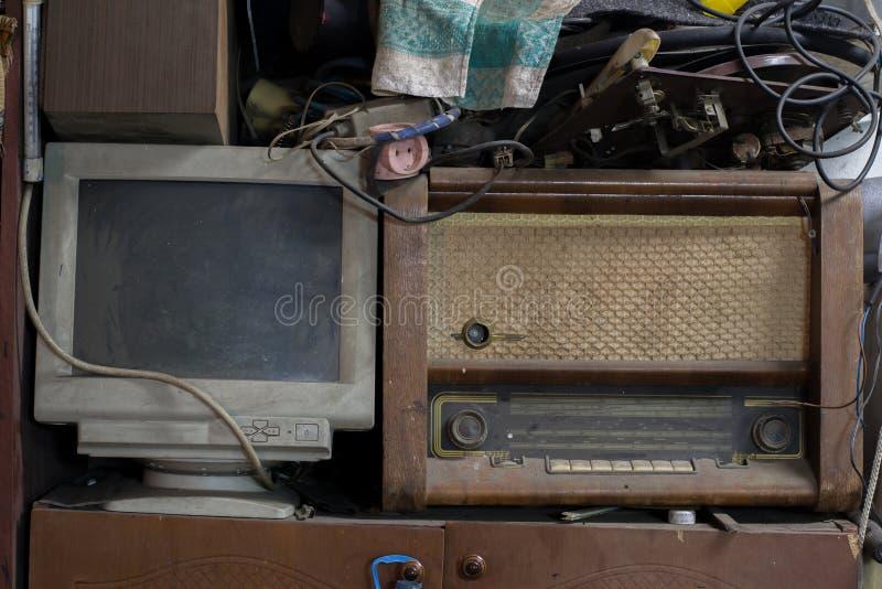 Verlaten radio en computer die, technologie zich dichtbij bevinden die terug zich op tijd uitrekken stock afbeeldingen