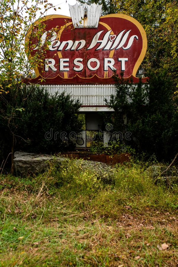 Verlaten Retro Penn Hills Resort Sign - Pocono Mountains, Pennsylvania stock foto's