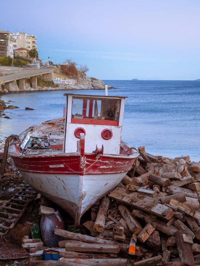 Verlaten rode en witte kleine houten vissersboot royalty-vrije stock foto