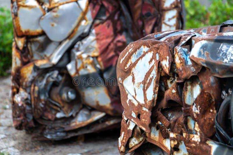 Verlaten roestig gedrukt stuk van auto royalty-vrije stock afbeeldingen