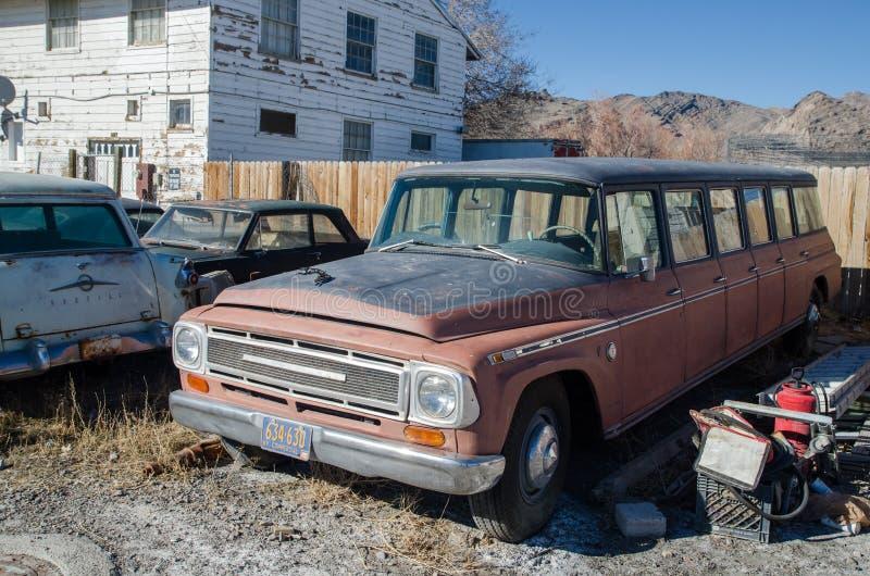 Verlaten roestige 10 deurenlimousine Utah, de V stock afbeelding