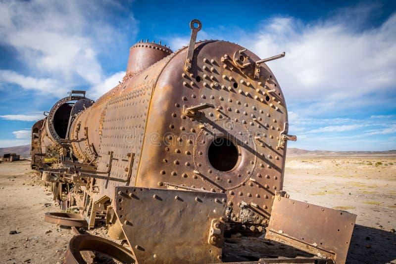 Verlaten roestige oude trein aan de gang begraafplaats - Uyuni, Bolivië stock foto