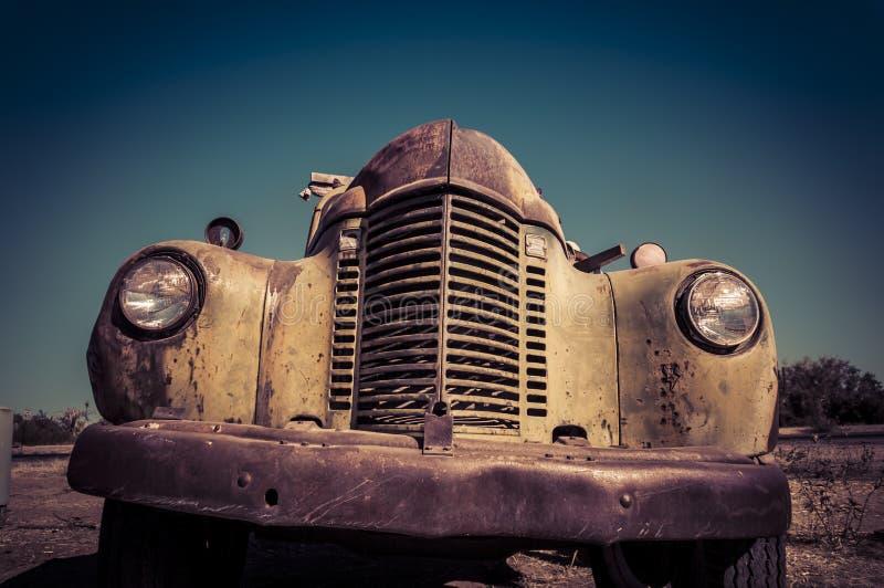 Verlaten roestige oude vrachtwagen royalty-vrije stock fotografie