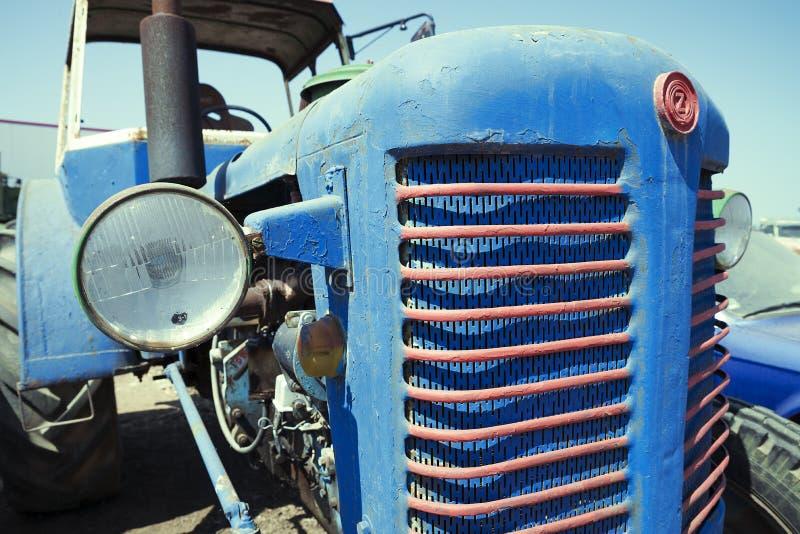 Verlaten roestige uitstekende tractor stock foto