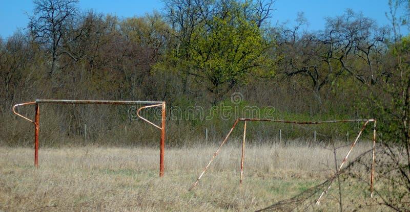 Verlaten roestige voetbalpoorten stock foto's