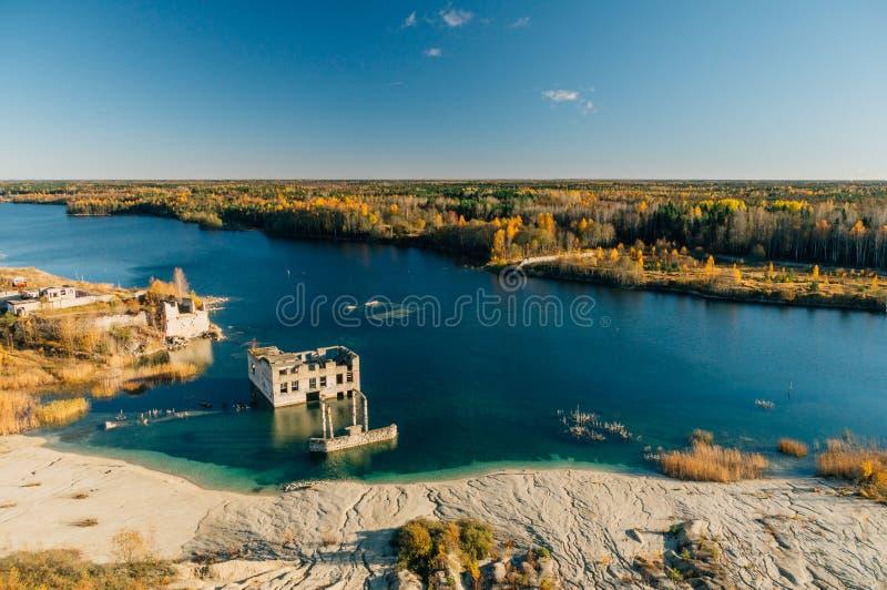 Verlaten Rummu-steengroeve door de herfst, Estland stock fotografie