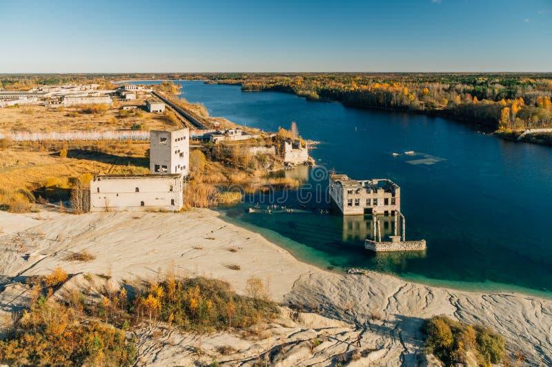 Verlaten Rummu-steengroeve door de herfst, Estland royalty-vrije stock afbeeldingen