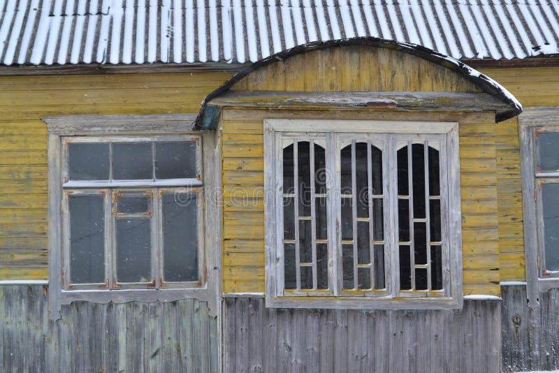 Verlaten Russisch traditioneel blokhuis, sjofel binnenland Verlaten rustiek huis De Russische winter Traditioneel Russisch venste stock afbeelding