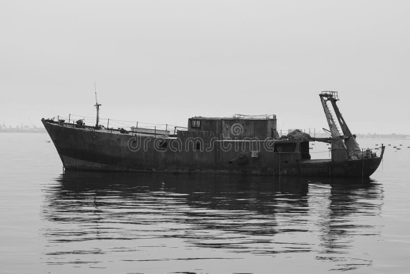 Verlaten schip die in het overzees dichtbij Swakopmund Namibia drijven stock fotografie
