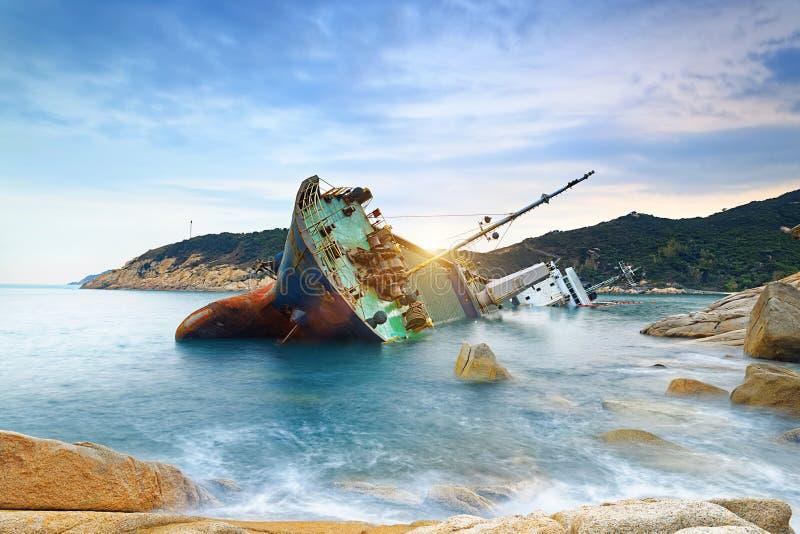 Verlaten schipbreuk of gesloopt vrachtschip stock afbeeldingen