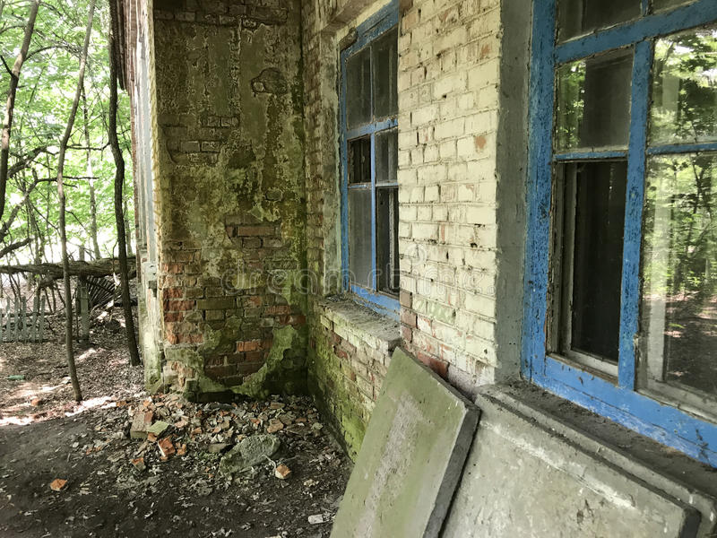 Verlaten school in Kopachi stock afbeelding