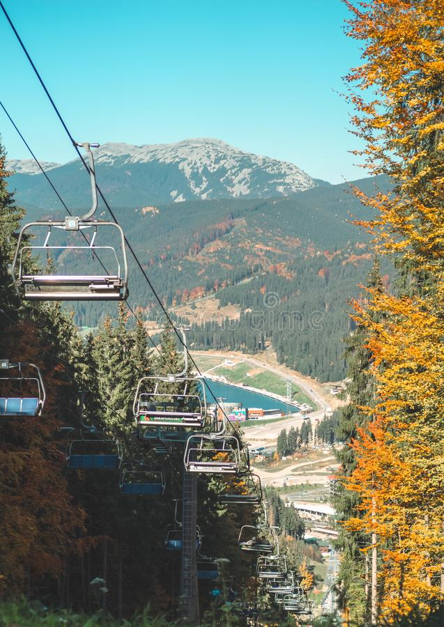 Verlaten skiliften in de bergen op een zonnige dag, de herfst, dalingstijd Aan boord van een skilift het uitgaan berg bij zomer l royalty-vrije stock foto