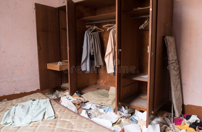 Verlaten slordige slaapkamer stock afbeelding