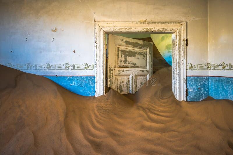 Verlaten spookstad van Kolmanskop in Namibië stock afbeeldingen