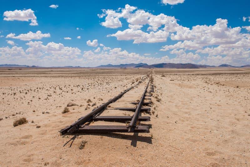 Verlaten spoorwegsporen in de woestijn, Namibië, Afrika stock afbeelding