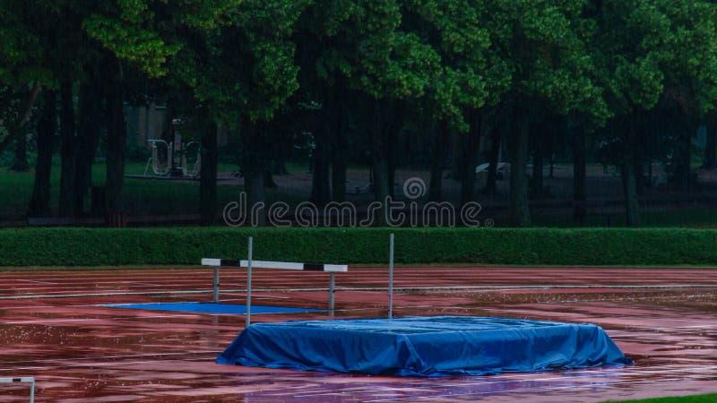Verlaten sportfaciliteiten wegens regen stock foto's