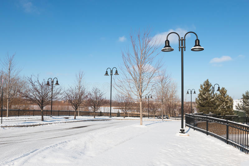 Verlaten stadsstraat op de winterochtend royalty-vrije stock foto
